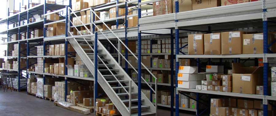scaffali metallici per ferramenta edile con scala di accesso al piano superiore modello E90 euroscaffale