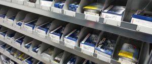 scaffali per magazzino ricambi auto con sponde e divisori scorrevoli con porta cartellino modello E40 euroscaffale