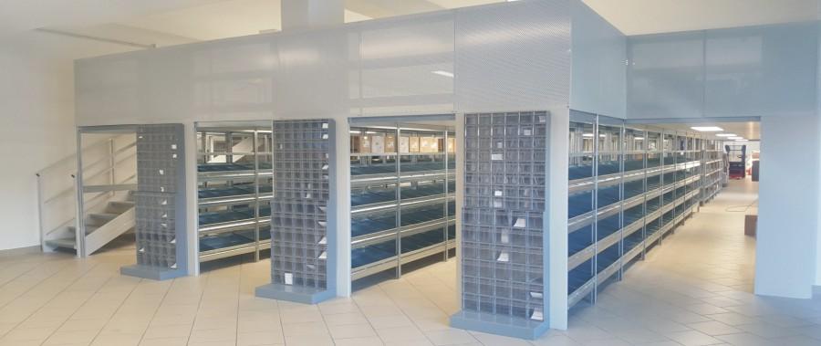 scaffali metallici per allestimento punto vendita per ricambi con camminamento superiore modello E40 euroscaffale